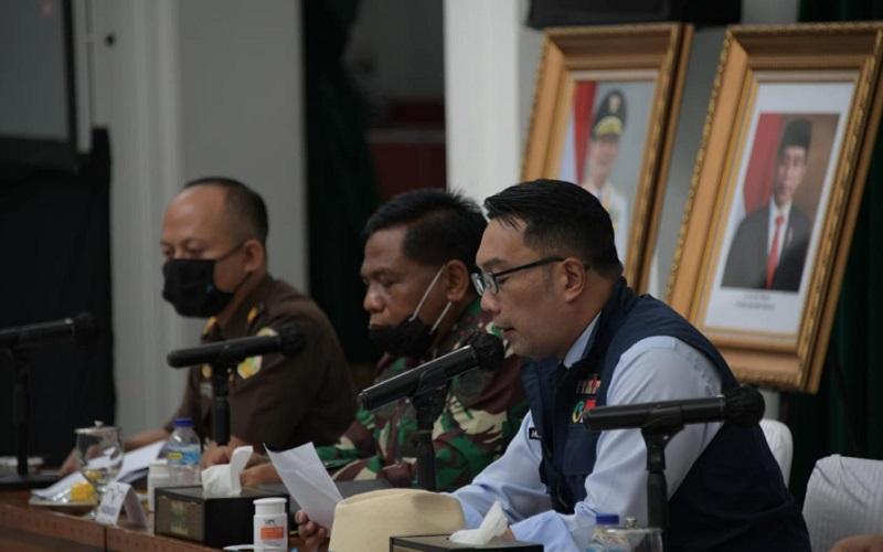 Gubernur Jawa Barat Ridwan Kamil (kanan)