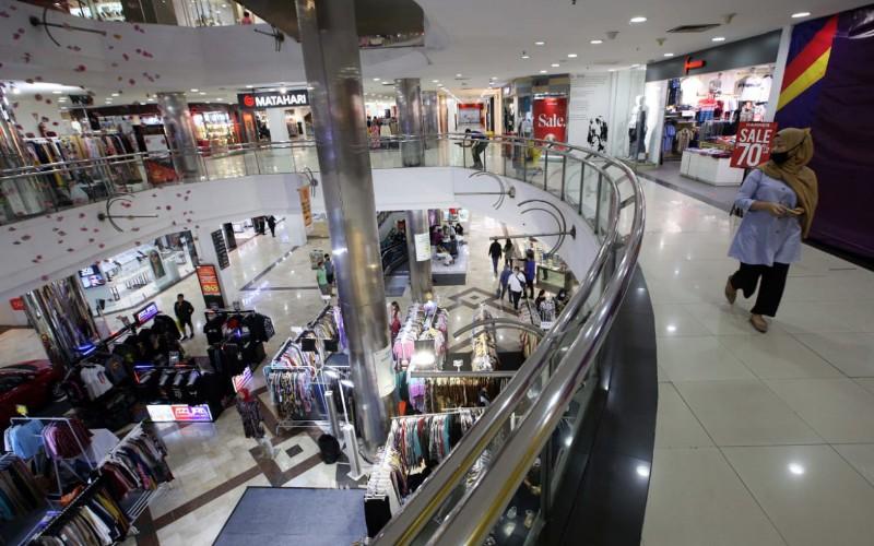 Pengunjung berada di salah satu pusat perbelanjaan di Kota Bandung. Dengan diberlakukanya PSBB Proporsional di Kota Bandung, pusat perbelanjaan yang pada aturan sebelumnya tutup hingga pukul 20:00 maka saat ini tutup pukul 19:00 WIB. - Bisnis/Rachman