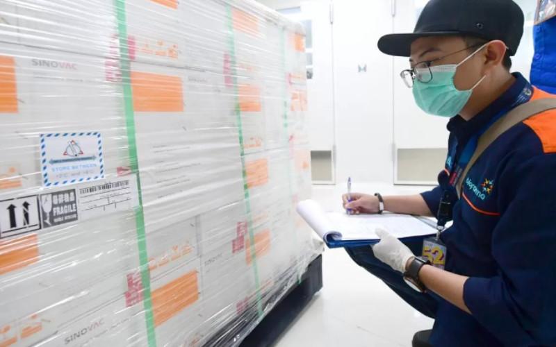 Vaksin kemudian akan dilakukan pengambilan sampel untuk pengujian mutu oleh tim dari Badan Pengawas Obat dan Makanan (BPOM) dan Bio Farma.  - presidenri.go.id