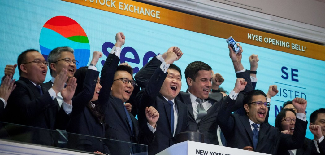 Chairman, CEO, dan co-Founder Sea Ltd. Forrest Li (tengah) merayakan listing perusahaan tersebut di New York Stock Exchange (NYSE) di New York, AS, Jumat (20/10/2017). - Bloomberg/Michael Nagle