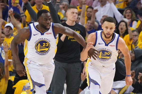 Dua bintang basket Golden State Warriors, Stephen Curry (kanan) dan Draymond Green. - Reuters