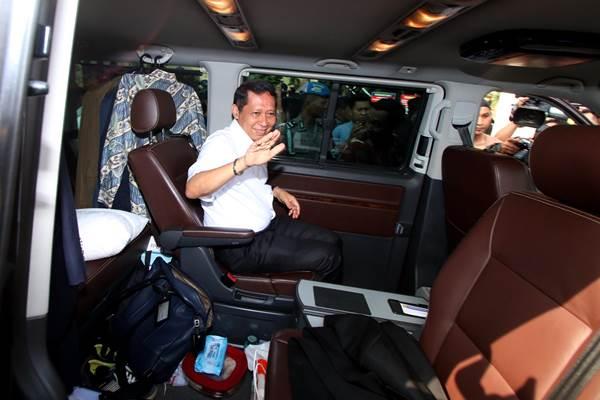 Direktur Utama PT Pelindo II Richard Joost Lino menaiki mobil usai menjalani pemeriksaan di Bareskirm Mabes Polri, Jakarta, Rabu (18/11). - Antara
