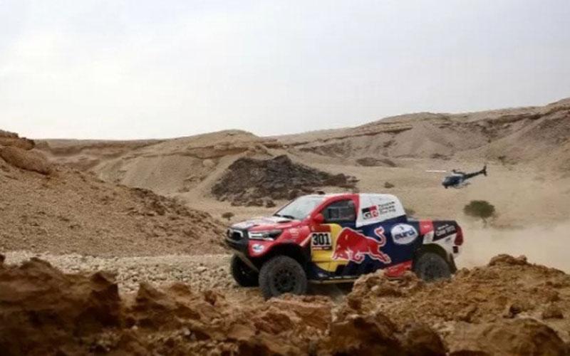Pebalap Qatar Nasser Al-Attiyah dari tim Toyota beraksi di Reli Dakar 2021 di Arab Saudi./Antara - AFP