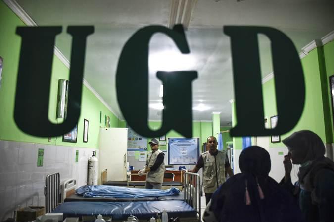 Petugas medis memeriksa kondisi  - ANTARA/Ahmad Subaidi