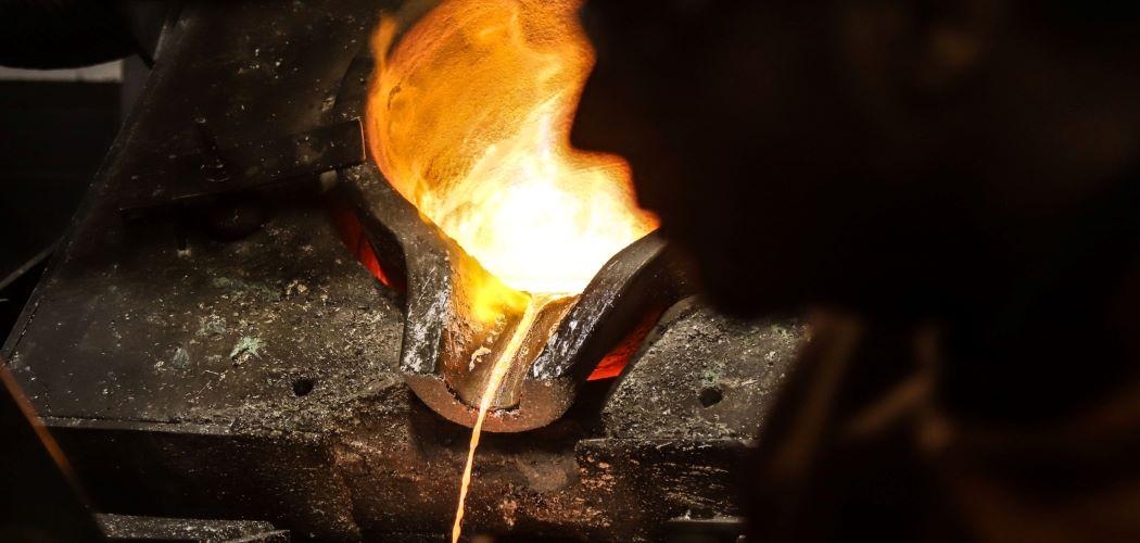 Pekerja di smelter emas. - Bloomberg / David Gray