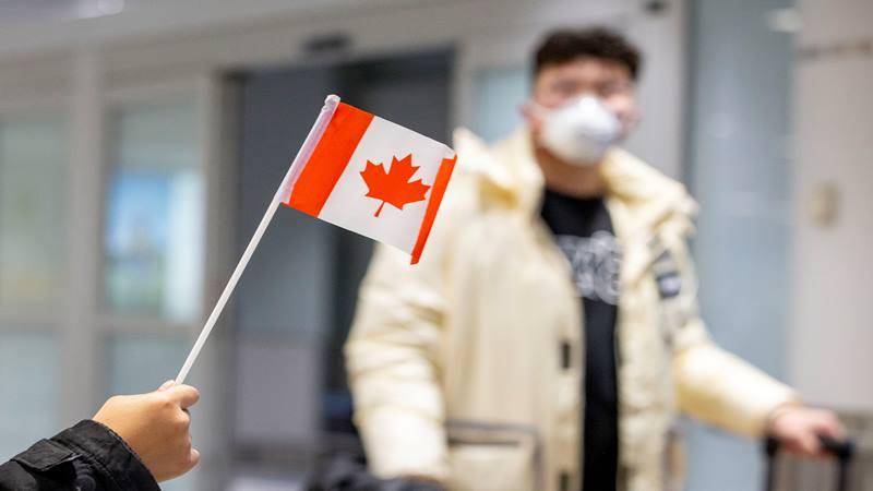 Ilustrasi: Seorang penumpang mengenakan masker saat tiba di Bandara Pearson, tak lama setelah Toronto Public Health menerima pemberitahuan kasus dugaan pertama virus corona di Kanada, di Toronto, Ontario, Kanada 26 Januari 2020.  - Reuters