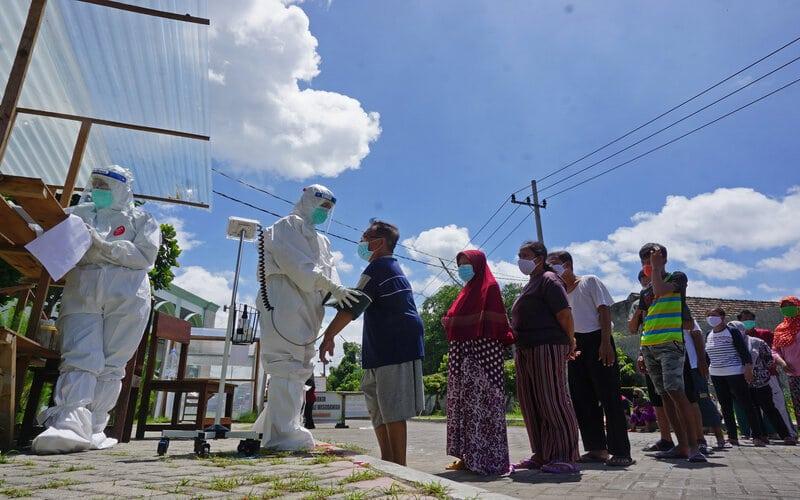 Petugas memeriksa kesehatan penghuni asrama karantina COVID-19 di Rusunawa IAIN Tulungagung, Tulungagung, Jawa Timur, Rabu (23/12/2020). - Antara/Destyan Sujarwoko.