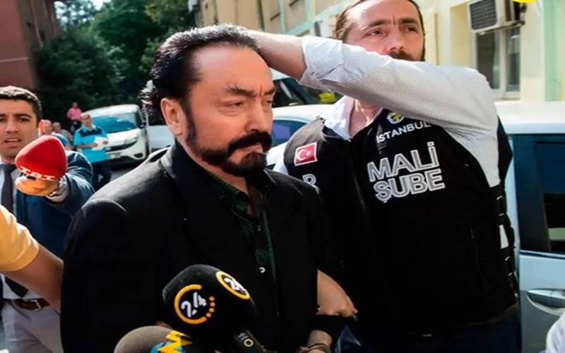 Pengadilan Turki menjatuhkan hukuman penjara lebih dari 1.000 tahun bagi pendakwah muslim, Adnan Oktar. Saat berdakwah, diadikelilingi wanita berpakaian minim yang disebutnya