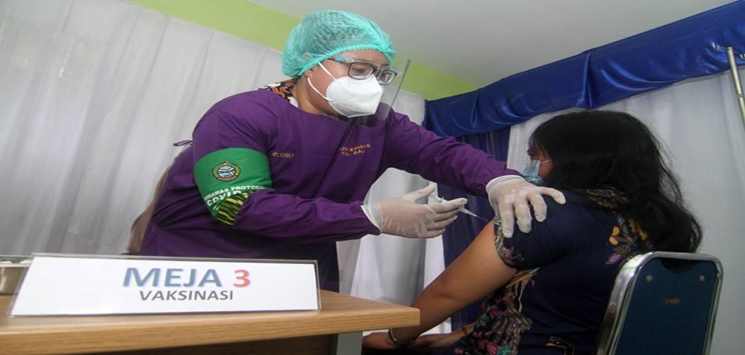 Petugas medis dr Yenny (kiri) melakukan simulasi vaksinasi Covid-19 Sinovac kepada warga penerima vaksin di Puskesmas Kampung Bali, Pontianak, Kalimantan Barat, Jumat (8/1/2021). Simulasi itu dilakukan untuk memastikan kesiapan yang dimulai dari alur proses vaksinasi, kesiapan tenaga medis, observasi dan penerapan protokol kesehatan di puskesmas. - Antara