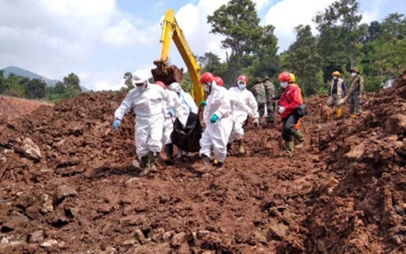 Petugas Tim SAR gabungan melakukan evakuasi korban longsor di Kecamatan Cimanggung, Kabupaten Sumedang, Jawa Barat, Selasa (12/1/2021). - Antara/HO Kantor SAR Bandung