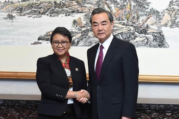 Menteri Luar Negeri Retno Marsudi (kiri) bertemu dengan Menlu China Wang Yi, di Beijing, China, Sabtu (13/5). - Reuters