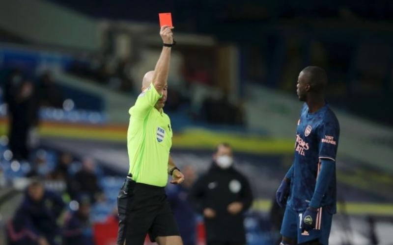 Pemain Arsenal Nicolas Pepe mendapat kartu merah dari wasit. - metro.co.uk