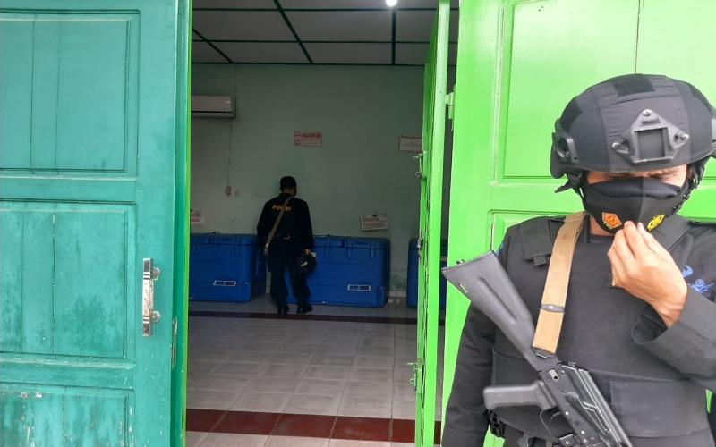 Petugas Brimob Polda Sumsel menjaga vaksin Covid/19 Sinovac yang baru tiba di Palembang. Bisnis/Dinda Wulandari