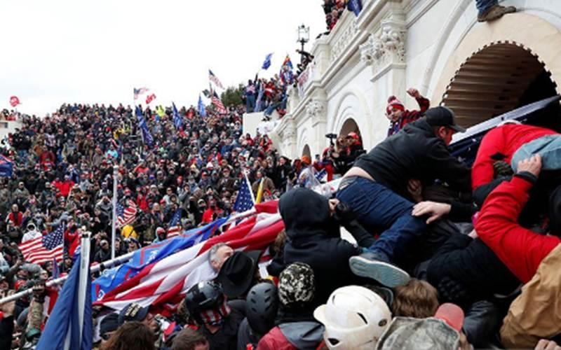 Para pendukung Presiden Donald Trump menyerbu Gedung Kongres AS, Capitol, di Washington, Amerika Serikat, Rabu (6/1/2020), dan bentrok dengan polisi selama demonstrasi untuk menghadang pengesahan hasil Pemilihan Presiden AS 2020 oleh Kongres./Antara - Reuters/Shannon Stapleton