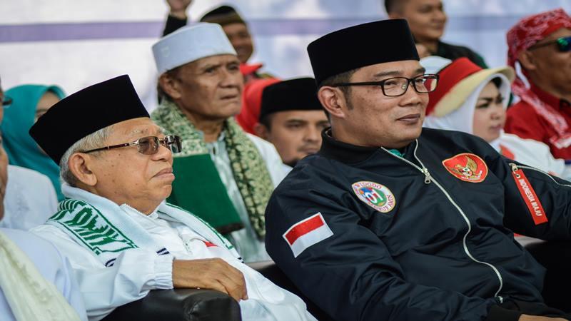 Calon wakil presiden nomor urut 01 Maruf Amin (kiri) bersama anggota tim pemenangan paslon 01 Jokowi Ma'ruf Amin, Ridwan Kamil (kanan) menghadiri kampanye akbar di Padalarang, Kabupaten Bandung Barat, Jawa Barat, Selasa (9/4/2019). - Antara