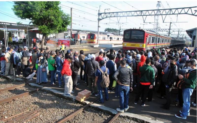 Sejumlah penumpang KRL Commuter Line antre menunggu kedatangan kereta di Stasiun Bogor, Jawa Barat, Senin (13/4 - 2020). /ANTARA
