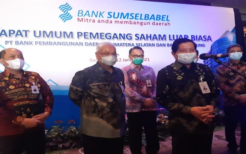 Komisaris Utama Bank Sumsel Babel Eddy Junaidi (kedua kanan) didamping Direktur Utama Bank Sumsel Babel Achmad Syamsudin (kedua kiri) dan jajaran direksi menyampaikan keterangan usai RUPS LB Bank Sumsel Babel tahun 2021. Bisnis/Dinda Wulandari