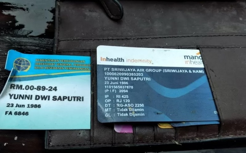 Identitas kartu kesehatan dan kartu PT Sriwijaya Air Group atas nama Yunni Dwi Saputri. - Antara