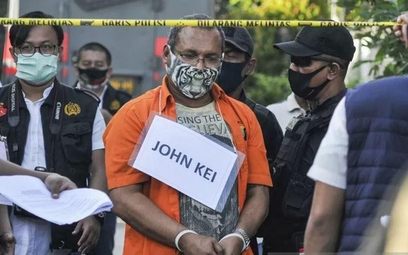 John Kei (tengah) memperagakan reka ulang perencanaan penyerangan di Bekasi, Jawa Barat, Senin (6/7/2020). Pada rekonstruksi tersebut John Kei bersama anak buahnya memperagakan delapan adegan di dua lokasi. - Antara\r\n\r\n