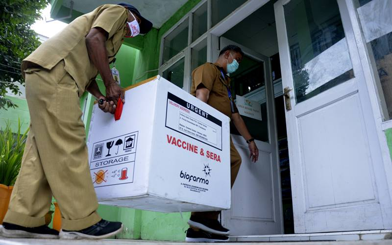 Petugas mengangkat vaksin Covid-19 Sinovac setibanya di kantor Dinas Keseshatan Kabupaten Gowa, Sulawesi Selatan, Selasa (12/1/2021). Dinas Kesehatan Sulawesi Selatan mulai mendistribusikan vaksin Covid-19 Sinovac ke tiga daerah penerima vaksin tahap I diantaranya Kota Makassar sebanyak 32.200 dosis, Kabupaten Gowa 4.080 dosis dan Kabupaten Maros 3.640 dosis. - Antara