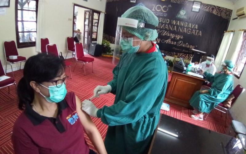 Petugas kesehatan di RSUD Wangaya, Denpasar sedang melakukan simulasi penyuntikan vaksin Covid-19, Jumat (8/1/2021) - Istimewa