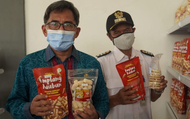 Pjs. Bupati Kutim Moh Jauhar Efendi didampingi Camat Kaubun Riyanto memperlihatkan camilan Amplang Kaubun./Istimewa-https://pro.kutaitimurkab.go.id -