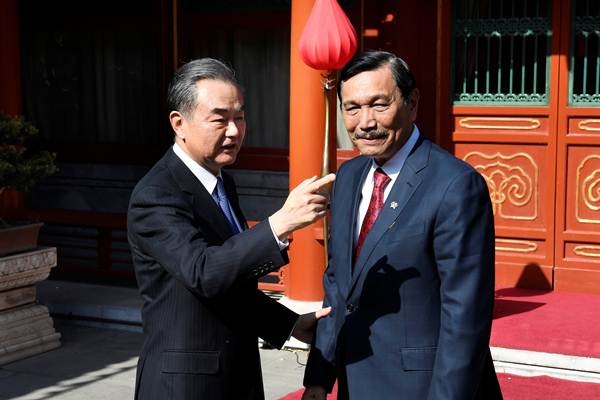 Menteri Koordinator Kemaritiman Luhut Pandjaitan (kiri) berbincang dengan Menteri Luar Negeri China Wang Yi saat pertemuan di Wisma Negara Diaoyutai di Beijing, China, Rabu (24/10/2018). - Reuters/Daisuke Suzuki