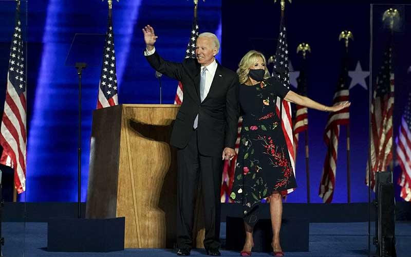 Presiden terpilih AS Joe Biden (kiri) bersama istri Jill Biden manyapa di Wilmington, Delaware, AS, Sabtu (7 /11/2020). Bloomberg - Sarah Silbiger\r\n