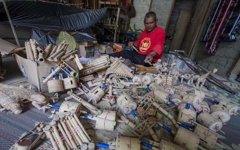 Perajin memproduksi kerajinan mainan dari bambu di desa Jetis, Krajan, Weru, Sukoharjo, Jawa Tengah, Rabu (6/1/2021). Kerajinan mainan tersebut dijual di wilayah Soloraya hingga Semarang dengan harga Rp10 ribu hingga Rp50.000. - Antara/Mohammad Ayudha.