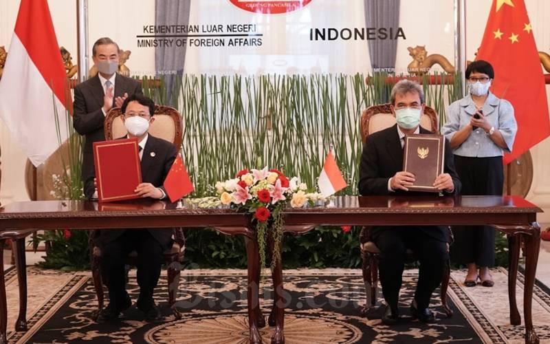 Menlu Retno Marsudi (kanan belakang) dan Menlu Wang Yi (kiri belakang) saat menyaksikan penandatanganan kesepakan antara pihak Indonesia dan China. - Kemenlu/Istimewa