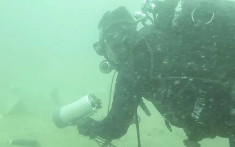 Prajurit Batalyon Intai Amfibi 1 (Yontaifib) Korps Marinir TNI AL melakukan operasi pencarian korban dan puing pesawat Sriwijaya Air dengan nomor penerbangan SJ182 pada hari keempat dengan menggunakan pinker finder di dalam perairan Kepulauan Seribu, Jakarta, Selasa (12/1/2021). - Antara\r\n