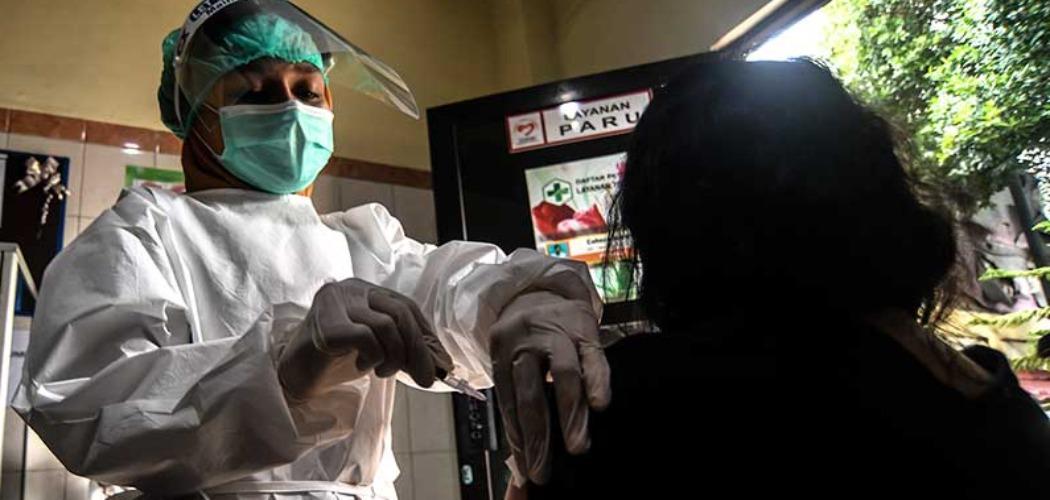 Petugas kesehatan memberikan contoh cara memvaksin seorang pasien saat simulasi pemberian vaksin Covid-19 Sinovac di Puskesmas Kelurahan Cilincing I, Jakarta, Selasa (12/1/2021). ANTARA FOTO - Muhammad Adimaja