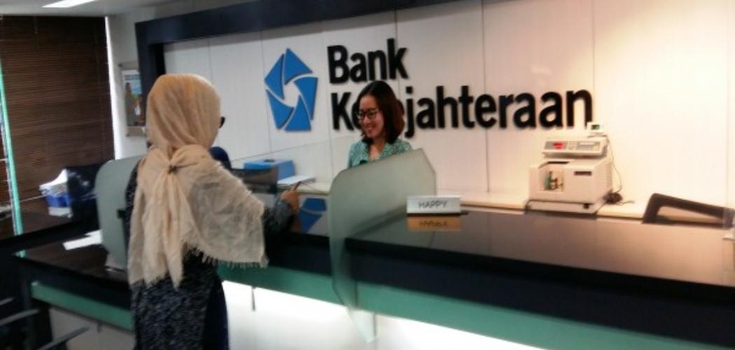Karyawan melayani nasabah Bank Kesejahteraan Ekonomi. - ANTARA FOTO