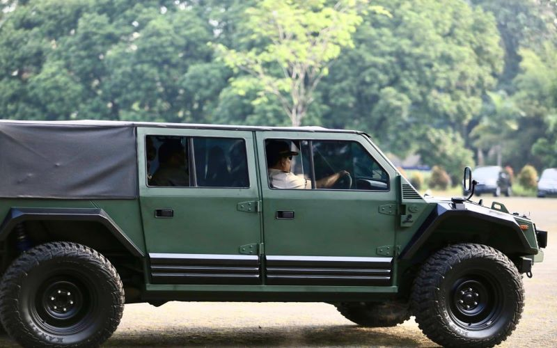 Menteri Pertahanan Prabowo Subianto saat mencoba kendaraan taktis buatan PT Pindad (persero) - Dok. Twitter @prabowo