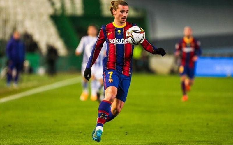 Penyerang Barcelona Antoine Griezmann saat bertarung melawan Real Sociedad di semifinal Piala Super Spanyol. - Football Espana