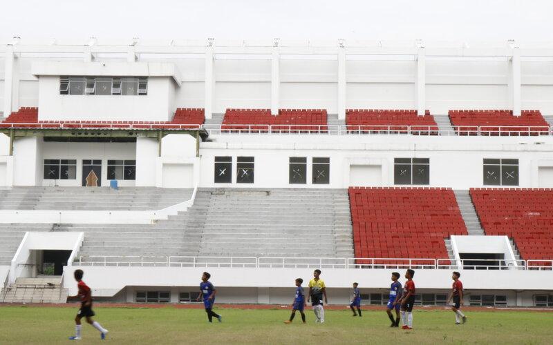 Aktivitas berlatih di GOR Jatidiri berlatar tribun barat yang belum beratap. Bagian ini menjadi fokus renovasi pada tahun 2021. - Bisnis/M. Faisal Nur Ikhsan.