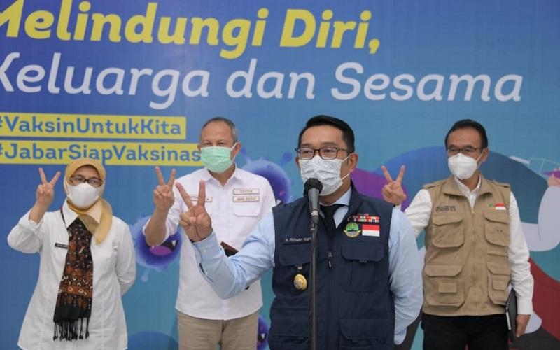 Gubernur Jabar Ridwan Kamil (kedua kanan)