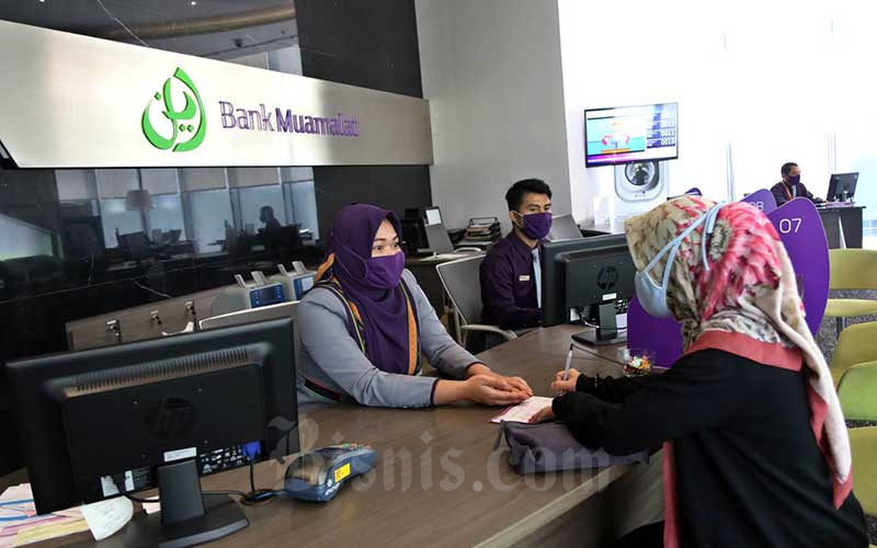 Karyawan melayani nasabah di Kantor Pusat Bank Muamalat, Jakarta, Senin (7/9/2020). Bisnis - Eusebio Chrysnamurti