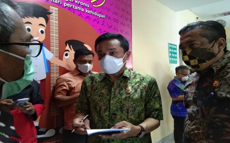 Pj Wali Kota Makassar, Rudy Djamaluddin (tengah) usai disuntik vaksin Covid-19 di Puskesmas Makkasau, Jl Ratulangi, Makassar, Kamis (14/1 - 2021).