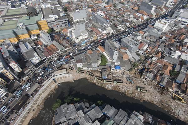 Foto udara kawasan pemukiman padat di bantaran Sungai Ciliwung kawasan Kampung Pulo dan Bukit Duri, Jakarta Timur - Antara