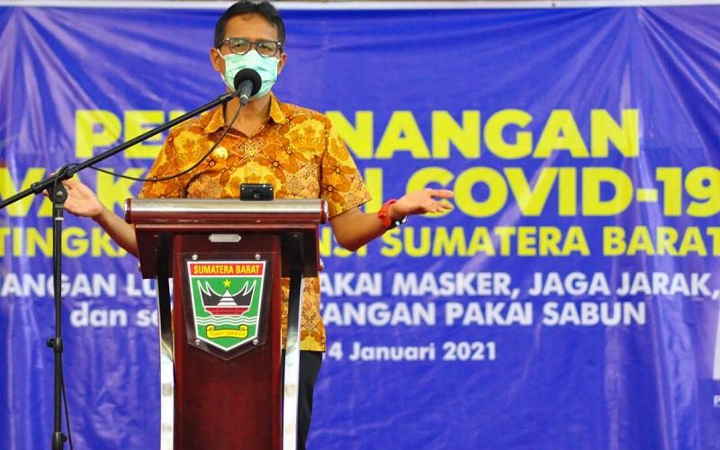Gubernur Sumbar Irwan Prayitno saat memberikan sambutan di acara pemberian vaksin secara perdana di Sumbar yang dilakukan di Aula Kantor Gubernur di Padang, Kamis (14/1/2021).  - Bisnis/Noli Hendra