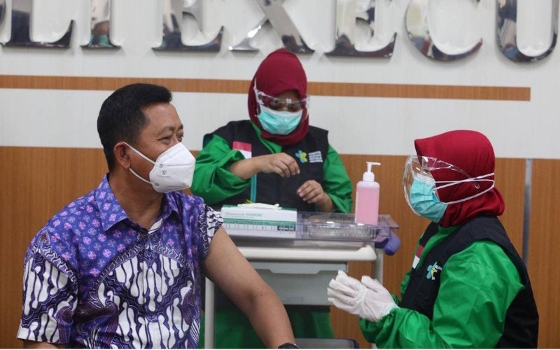 Sekretaris Daerah Kota Bandung Ema Sumarna saat menjalani vaksinasi Covid-19 - Istimewa