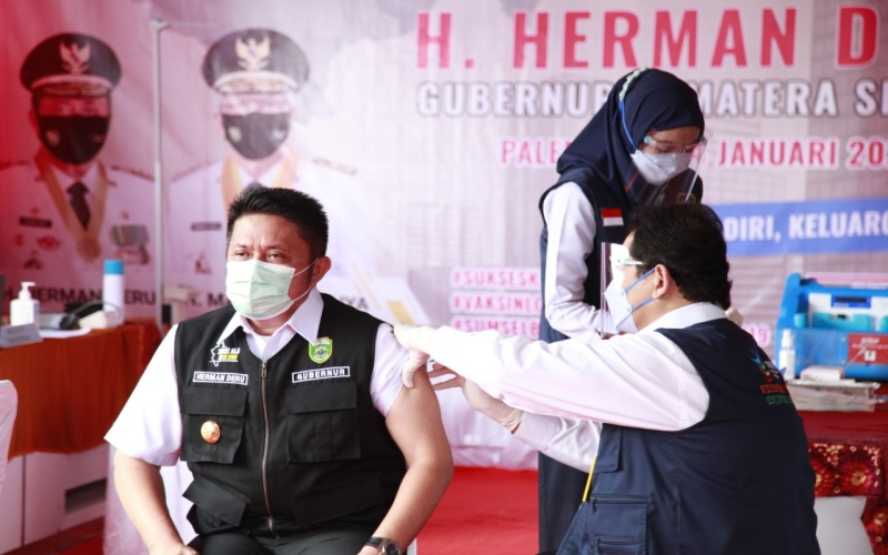 Gubernur Sumsel Herman Deru (kiri) mendapat suntikan perdana vaksin Covid-19 di provinsi tersebut.  - Istimewa