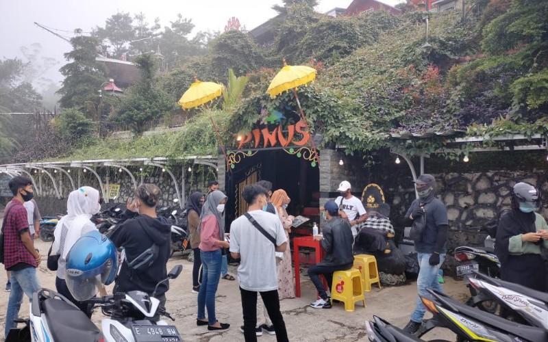 Di sebuah objek wisata Pondok Cai Pinus, terlihat beberapa pengunjung tersebut tengah mengantre di loket untuk mendapatkan tiket masuk.