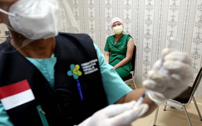 Vaksinasi terhadap para tenaga kesehatan di Kota Bandung - Bisnis/Rachman