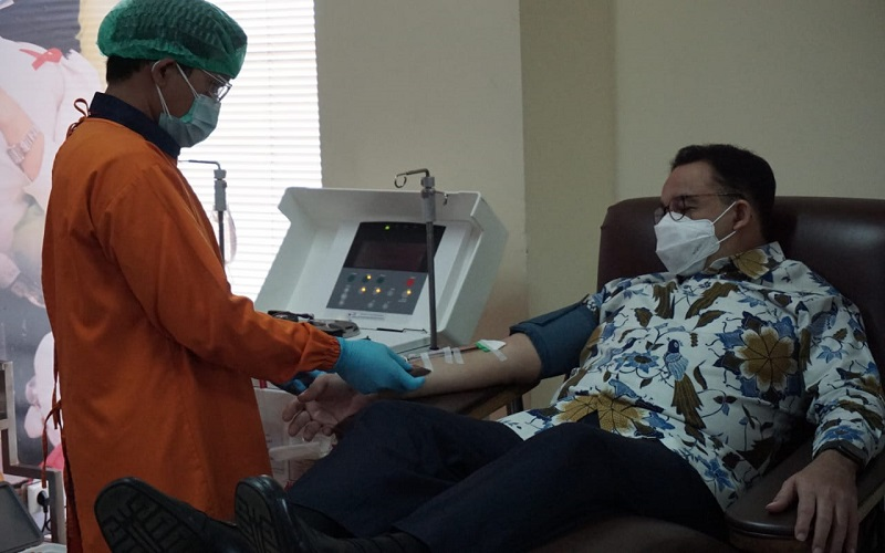 Gubernur DKI Jakarta Anies Baswedan mendonorkan plasma darah konvasalen di kantor Pusat PMI di Jakarta  -  Dok. PMI