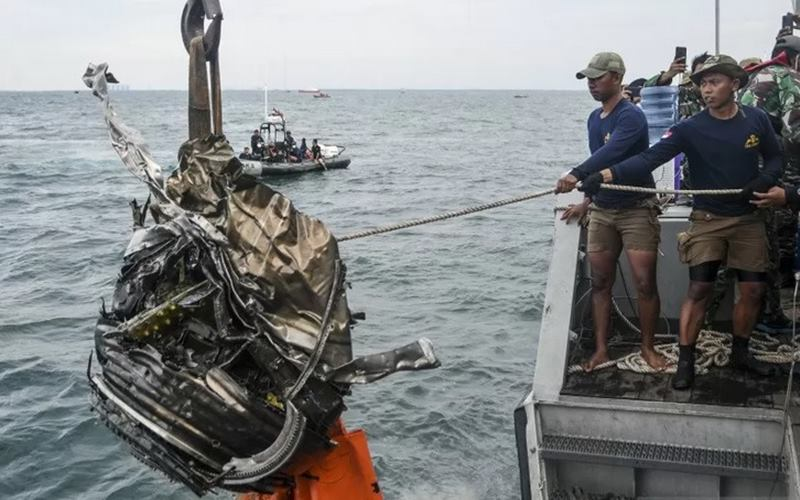 Sejumlah penyelam TNI AL menarik puing yang diduga turbin dari pesawat Sriwijaya Air SJ 182 ke atas KRI Rigel-933 di perairan Kepulauan Seribu, Jakarta, Senin (11/1/2021). - Antara