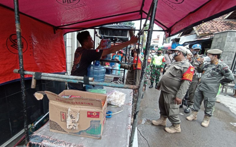 Kerumunan warga lantaran adanya aktivitas pasar kaget yang dibubarkan petugas