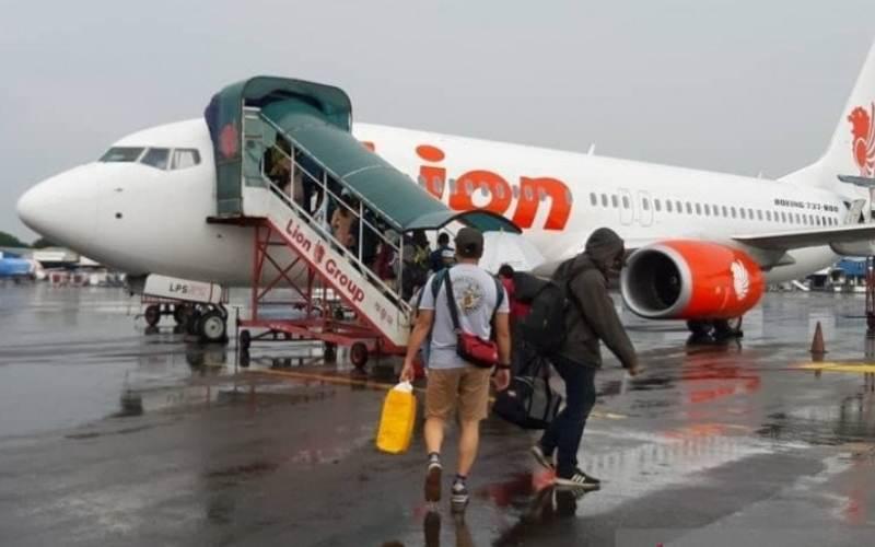 Penumpang maskapai Lion Air menuju pesawat di Bandara Supadio Pontianak (ANTARA - Dedi)