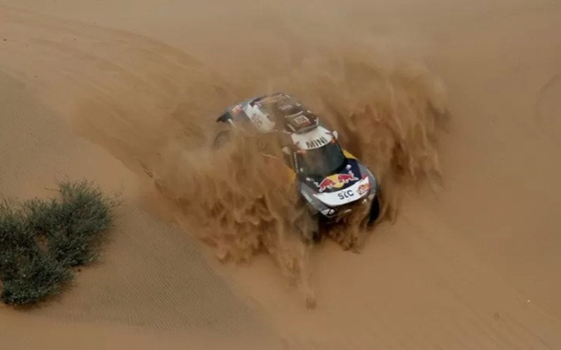 Mobil tim X-Raid Mini JCW yang dikendarai pebalap Prancis Stephane Peterhansel bersama Edouard Boulanger melahap etape ke-11 Reli Dakar 2021 dari Al-Ula menuju Yanbu di Arab Saudi pada Kamis (14/1/2021)./Antara - Reuters